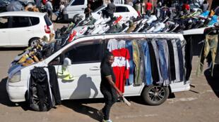 Sur un marché de Harare, la capitale zimbabwéenne, le 2 mai 2018. (Photo d'illustration)
