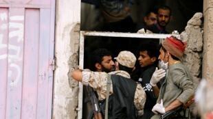 Les forces de l'ordre empêchent les gens de quitter leur maison afin d'éviter la propagation du coronavirus, à Sanaa, Yémen, 6 mai 2020.