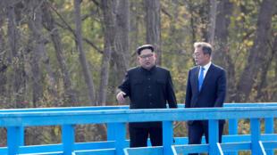 Tổng thống Hàn Quốc Moon Jae In và lãnh đạo Bắc Triều Tiên Kim Jong Un hàn huyên trò chuyện tại làng Bàn Môn Điếm, ở vùng phi quân sự chia cắt hai miền Nam-Bắc Triều Tiên, ngày 27/04/2018.