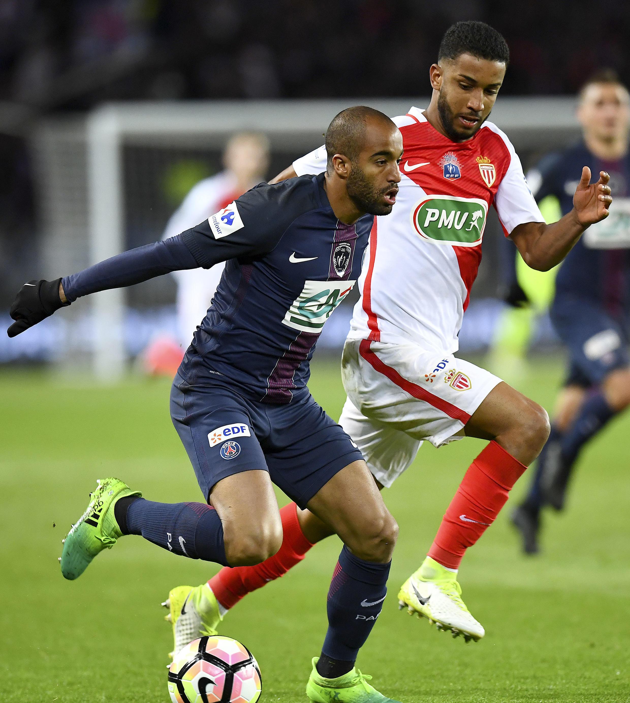 Duelo 100% brasileiro entre Lucas Moura (esquerda), avançado do Paris Saint-Germain, e Jorge (direita), lateral do Mónaco.