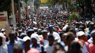 Des milliers de manifestants défilent dans les rues de Port-au-Prince, en Haïti, le 17 octobre 2018.