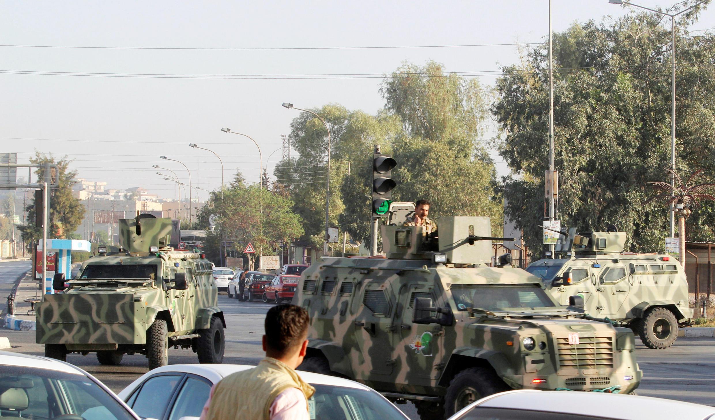 Des véhicules des forces de sécurité kurdes, sur le lieu d'une attaque de l'organisation Etat islamique, à Kirkouk, le 21 octobre 2016.