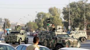 Vehículos de las fuerzas de seguridad kurdas sobre uno de los sitios atacados por los yihadistas del EI el 21 de octubre 2016 en Kirkuk