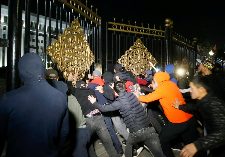 Des manifestants forçant les grilles du siège du pouvoir à Bichkek au Kirghizistan, le 5 octobre 2020.