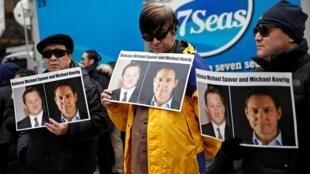 部分加拿大人在溫哥華法庭開庭審理孟晚舟引渡案時在法院門前舉着牌子要求釋放中國拘押的康明凱和斯帕弗