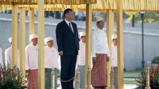 Chủ tịch Trung Quốc Tập Cận Bình (T) và tổng thống Miến Điện Win Myint trong lễ đón tiếp tại dinh tổng thống ở Naypyitaw, Miến Điện, ngày 17/01/2020