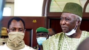 Kanali Assimi Goïta (kushoto) akiambatana na afisa wa zamani wa jeshi Bah N'Daw (kulia) ambaye atatawazwa kuwa rais wa mpito Ijumaa hii, Septemba 25 huko Bamako.