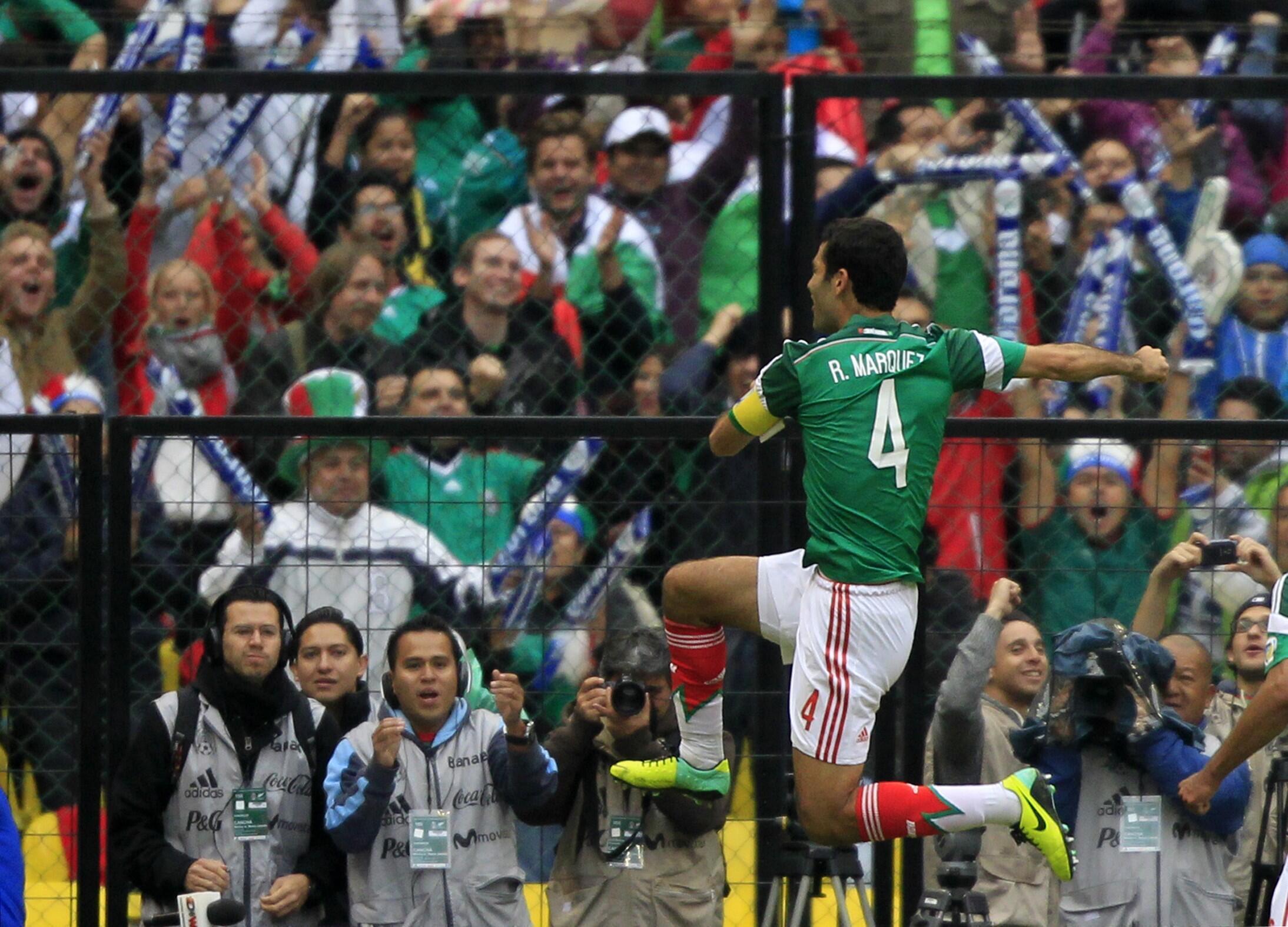 Rafael Marquez na Mexico yana murnar zira kwallo a ragar New Zealand