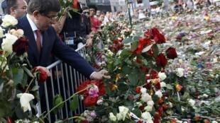 Le  ministre turc des Affaires étrangères Ahmet Davutoglu rend hommage aux victimes de l'attentat à Oslo. Le ministre a aussi pris part aux obsèques de Gizem Dogan, jeune femme d'origine turque dans l'ouest du pays, 1er août 2011.
