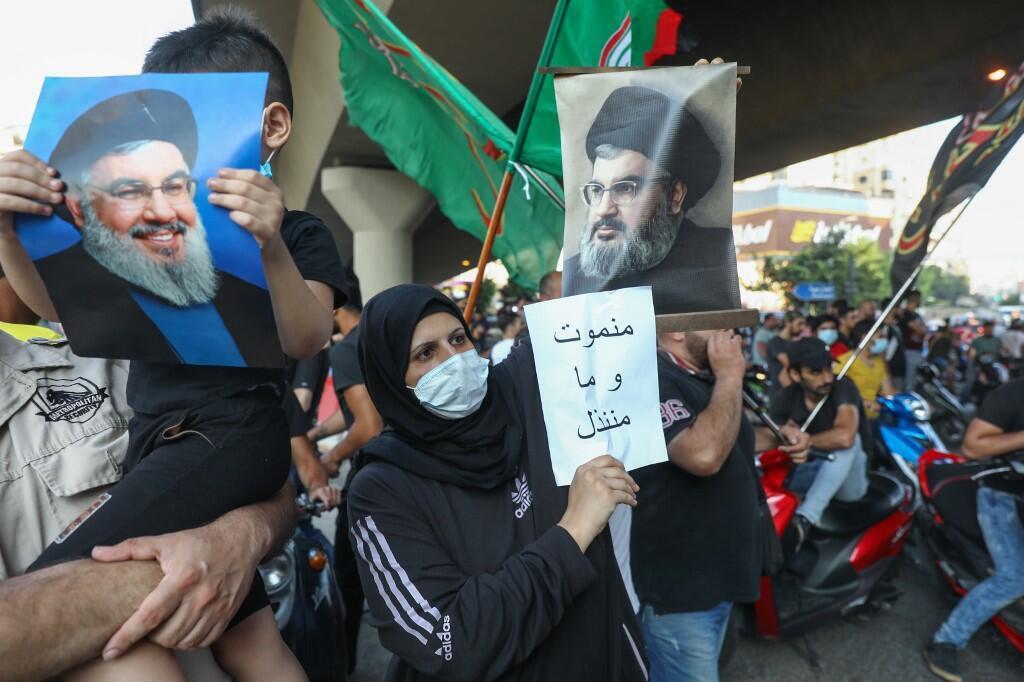 طرفداران حزب الله در حومۀ بیروت در تظاهراتی علیه آمریکا.
