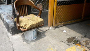 Gambiarras # 50 mostra a poltrona improvisada de um morador de rua.