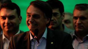 Jair Bolsonaro, candidat de l'extrême droite, apparaît en tête dans les sondages après le rejet de la candidature de Lula.