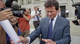 Le PDG de BP, Tony Hayward, face aux journalistes à sa sortie du ministère de l'Intérieur à Washington, le 4 mai 2010.