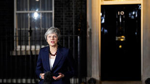 La Première ministre Theresa May devant le 10 Downing Street à l'issue d'une réunion de cinq heures de son cabinet annonce que le gouvernement a validé le projet d'accord de Brexit conclu avec l'UE, le 14 novembre 2018.