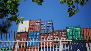 (Ảnh minh họa) - Các container hàng, được xếp chồng lên nhau tại cảng container Paul W. Conley ở Boston, Massachusetts, Hoa Kỳ, ngày 09/05/2018.