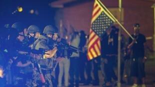 Depois da morte do jovem afroamericano Michael Brown a tiros por um policia, os protestos não param em Ferguson.