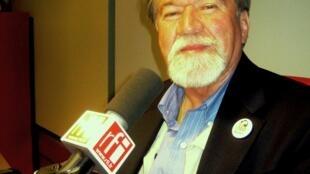 Javier González en los estudios de RFI.