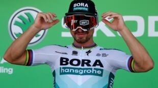 El eslovaco Peter Sagan bromea en el pódium de Colmar luciendo unas gafas de esquiador tras alzarse con la victoria de la quinta etapa del Tour de Francia 2019 el 10 de julio.
