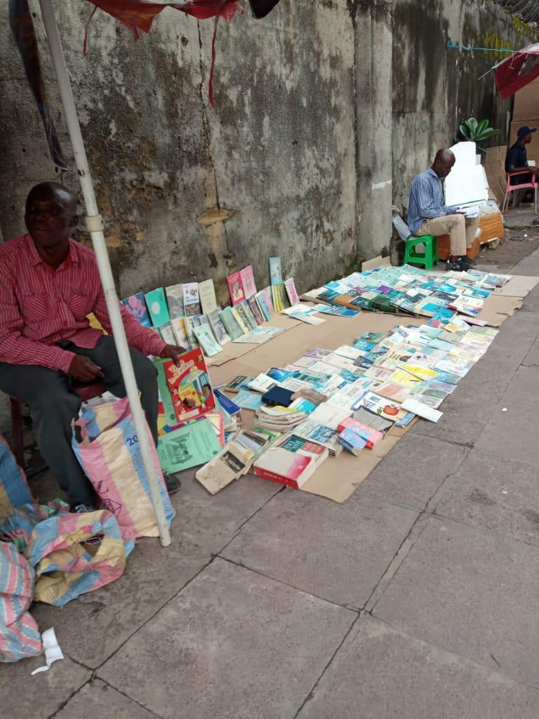 La vente de livres dans la rue se développe.