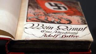 """Um exemplar do livro """"Mein Kampf"""", escrito por Adolf Hitler, exibido em uma mostra em Berlim, em 2010."""