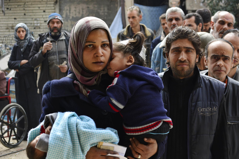 Palestinos no campo de refugiados de Yarmouk, na Síria, fotografados em março de 2015.