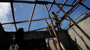 Les Haïtiens reconstruisent leur maison détruite par le passage de l'ouragan Matthew, le 11 octobre 2016.