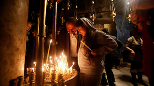 Turistas visitam a Igreja da Natividade, em Belém