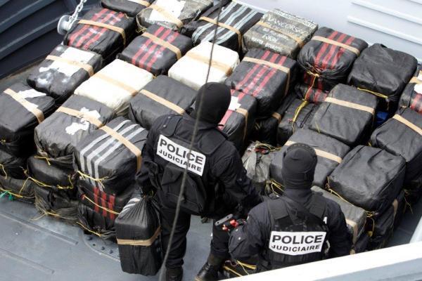 Сотрудники уголовной полиции выгружают в Фор-де-Франс арестованную в море партию 3 тонны кокаина в 2011 году