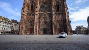 """La célèbre cathédrale de Strasbourg photographiée le 17 mars 2020. Un match de foot """"sauvage"""" a réuni dimanche 24 mai 2020 entre 300 et 400 personnes dans la grande ville de l'Est de la France, faisant fi des règles liées au déconfinement et déclenchant l'ire des élus locaux."""
