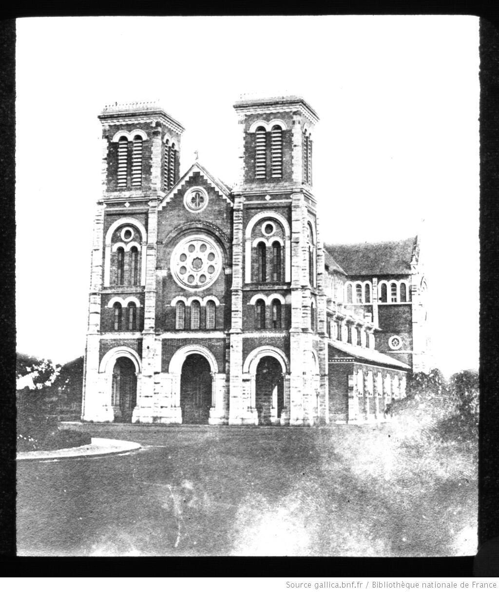 Nhà thờ Đức Bà Sài Gòn sau khi được hoàn thiện năm 1880 và chưa có hai mái chóp.