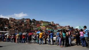 Cola en el párking de un supermercado de Caracas, 10 de junio de 2016