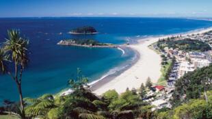 图为新西兰著名海湾旅游区普兰蒂湾地区(Bay of Plenty)远眺