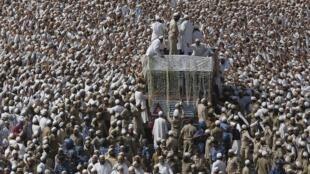 Milhares de fiéis participaram neste sábado, 18 de janeiro de 2014, do funeral de um líder religioso muçulmano na Índia.