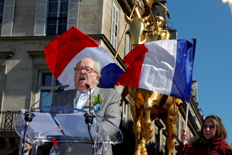 ژان ماری لوپن، رهبر اخراجی جبهه ملی در مقابل مجسمۀ ژان دارک