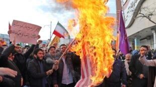 Des Iraniens ont brûlé le drapeau américain à Ardabil, le 20 novembre 2019. Des manifestations de soutien aux autorités ont eu lieu en Iran après plusieurs jours de violences contre la hausse du prix de l'essence.