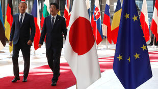 日本首相安倍晉三2017年7月6日抵達布魯塞爾,與歐盟理事會主席圖斯克舉行日歐首腦峰會。