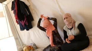 Irmãs da minoria religiosa Yazidi conseguiram escapar do grupo Estado Islâmico no norte do Iraque, em foto de 3 de julho de 2015.