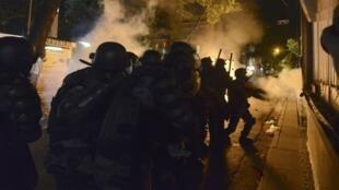 Polícia Militar usa bombas de gás lacrimogêneo e tiros de borracha para dispersar os manifestantes que protestavam próximo à casa do governador do Rio, Sérgio Cabral.