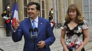 Mikheil Saakashvili (L) and his wife Sandra Roelofs at the Elysée Palace