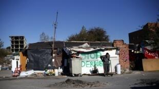 Espanhol procura materiais para aquecer o barracão onde mora com a família, em Madri, em foto desta terça-feira, 3 de dezembro de 2013.