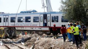 Equipe de resgate tenta encontrar sobreviventes do acidente ferroviário no Sul da Itália, nesta quarta-feira, 13 de julho,
