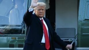 El todavía presidente Donald Trump se despide al subir a su helicóptero oficial, el Marine One, al abandonar la Casa Blanca, el 20 de enero de 2021 en Washington