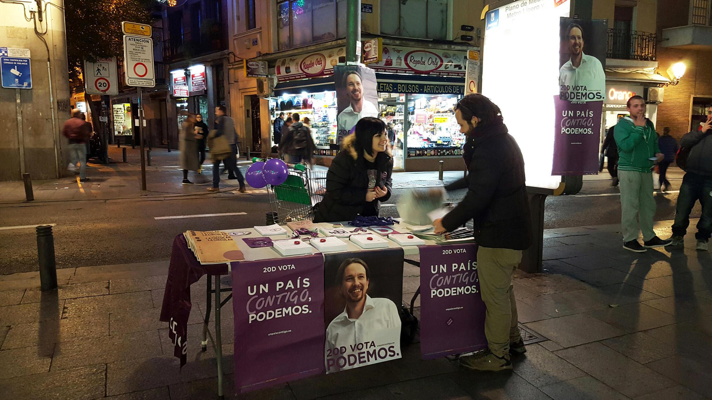 En Espagne, des militants de Podemos dans les rues de Madrid à quelques jours des élections.