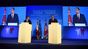 Le président français Emmanuel Macron et le Premier ministre tunisien Youssef Chahed assistent à la journée de clôture du premier «Forum économique Tunisie-France» à Tunis, le 1er février 2018.