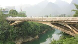 Cầu qua sông Tà Lùng. Cửa khẩu Tà Lùng (Cao Bằng - Việt Nam) - Thủy Khẩu/Suikou (Quảng Tây - Trung Quốc).