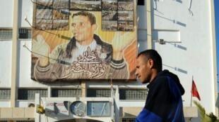 Un portrait géant de Mohamed Bouazizi, le jeune vendeur ambulant qui s'était immolé à Sidi Bouzid, le 17 décembre 2010.