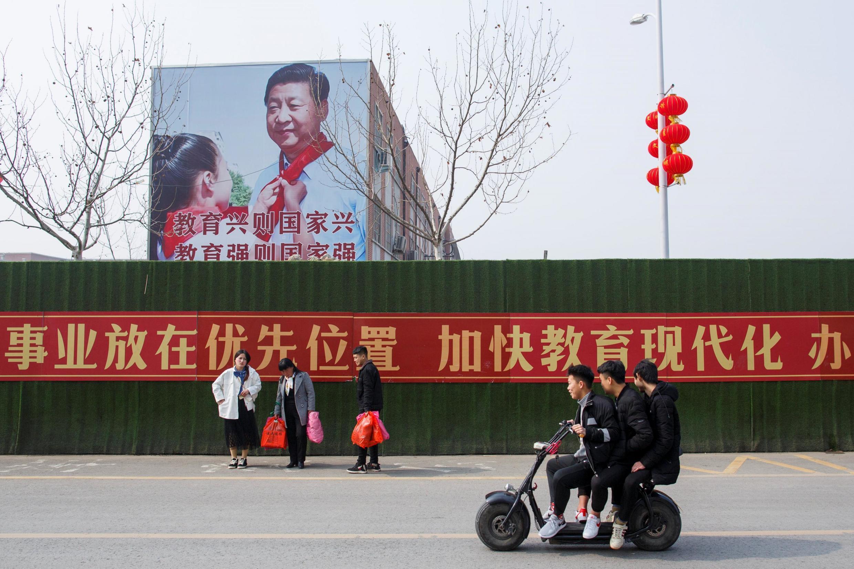 河南一張宣傳橫幅前的人們