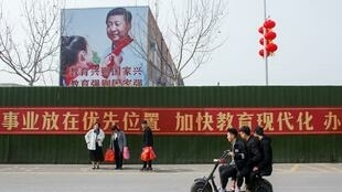 河南一张宣传横幅前的人们