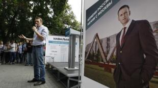 Alexeï Navalny, le 30 juillet 2013 à  Moscou, lors d'un rassemblement de campagne. Sur l'affiche on peut lire: «Changez la Russie. Commencez par Moscou».