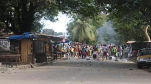 Des manifestants érigent des barricades, ce lundi 12 mars 2018, à Coronthie, un quartier d'habitation dans le centre administratif de la capitale, Conakry.